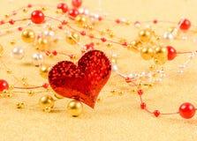 Corazón rojo con las gotas en un fondo del oro foto de archivo libre de regalías