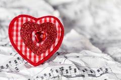 Corazón rojo con las notas de la música Fotos de archivo libres de regalías