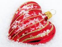 Corazón rojo con nieve - tiempo de la Navidad Fotos de archivo libres de regalías