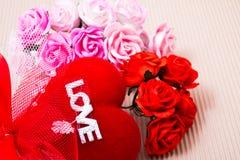 Corazón rojo con palabra y las rosas del amor imagen de archivo