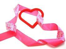 Corazón rojo con una cinta rosada Fotografía de archivo libre de regalías