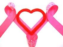 Corazón rojo con una cinta rosada Fotos de archivo libres de regalías