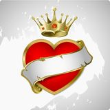 Corazón rojo con una corona del oro. Foto de archivo libre de regalías