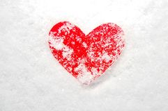 Corazón rojo cubierto en nieve Fotografía de archivo libre de regalías