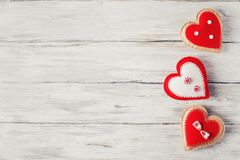 Corazón rojo de Handmaded en Grey Background Valentines Theme fotografía de archivo libre de regalías