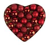 Corazón rojo de la bola de la Navidad Imágenes de archivo libres de regalías