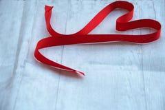 Corazón rojo de la cinta Fotos de archivo