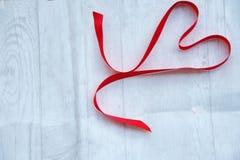 Corazón rojo de la cinta Imagenes de archivo