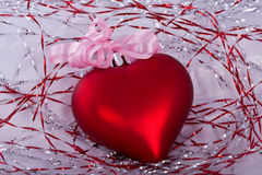 Corazón rojo de la Navidad con la cinta Fotografía de archivo libre de regalías