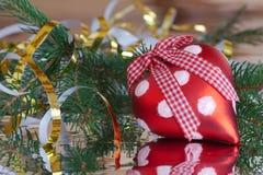 Corazón rojo de la Navidad con la serpentina de oro Imagen de archivo libre de regalías
