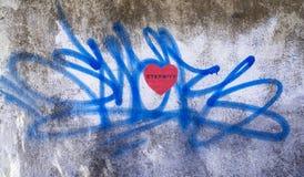 Corazón rojo de la pintada con remolinos azules Imágenes de archivo libres de regalías