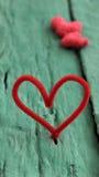 Corazón rojo de la tarjeta del día de San Valentín en fondo verde Fotografía de archivo libre de regalías