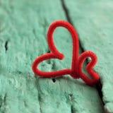 Corazón rojo de la tarjeta del día de San Valentín en fondo verde Imagenes de archivo