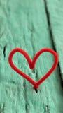 Corazón rojo de la tarjeta del día de San Valentín en fondo verde Foto de archivo libre de regalías