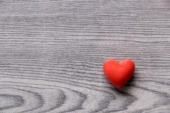 Corazón rojo de la tarjeta del día de San Valentín Imagen de archivo libre de regalías