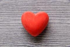 Corazón rojo de la tarjeta del día de San Valentín Fotos de archivo