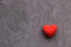 Corazón rojo de la tarjeta del día de San Valentín Foto de archivo libre de regalías