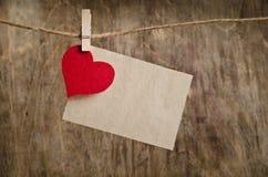 Corazón rojo de la tela con la hoja de papel Foto de archivo libre de regalías
