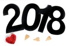 Corazón rojo de las lentejuelas y de las figuras del Año Nuevo 2018 en un fondo blanco Imagen de archivo libre de regalías