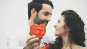 Corazón rojo de los pares felices Día del `s de la tarjeta del día de San Valentín Amor Buen concepto de los días de fiesta de ce