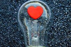 Corazón rojo de un bulbo eléctrico fotos de archivo libres de regalías