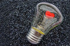 Corazón rojo de un bulbo eléctrico imagen de archivo libre de regalías