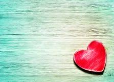 Corazón rojo decorativo en fondo de madera azul Fotografía de archivo