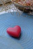 Corazón rojo del día de tarjeta del día de San Valentín en retrato foto de archivo libre de regalías