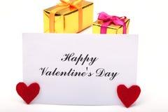 Corazón rojo del día de tarjetas del día de San Valentín, caja de regalo en el fondo blanco Los días de fiesta cardan con el espa Fotos de archivo