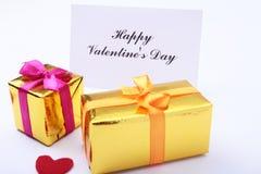 Corazón rojo del día de tarjetas del día de San Valentín, caja de regalo en el fondo blanco Los días de fiesta cardan con el espa Imagen de archivo