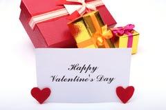 Corazón rojo del día de tarjetas del día de San Valentín, caja de regalo en el fondo blanco Los días de fiesta cardan con el espa Imagenes de archivo