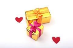 Corazón rojo del día de tarjetas del día de San Valentín, caja de regalo en el fondo blanco Los días de fiesta cardan con el espa Fotografía de archivo