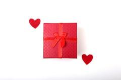 Corazón rojo del día de tarjetas del día de San Valentín, caja de regalo en el fondo blanco Los días de fiesta cardan con el espa Imágenes de archivo libres de regalías