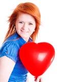 Corazón rojo del globo de la tarjeta del día de San Valentín de la explotación agrícola de la muchacha Imagenes de archivo