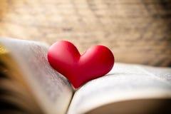 Corazón rojo del libro Tarjetas de felicitación Fotografía de archivo libre de regalías