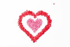 Corazón rojo del marco rosado del corazón en un fondo blanco y un poco corazón Fotografía de archivo libre de regalías