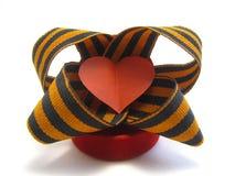 Corazón rojo del papel con una cinta del ` s de San Jorge Imágenes de archivo libres de regalías