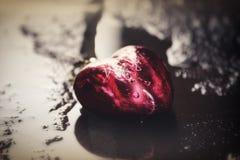 Corazón rojo del ` s de la tarjeta del día de San Valentín en agua Foto de archivo libre de regalías