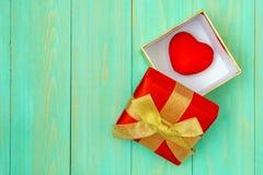 Corazón rojo en caja de regalo en tablón de madera fotografía de archivo libre de regalías