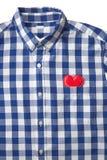 Corazón rojo en el bolsillo de la camisa azul y blanca de la raya Imágenes de archivo libres de regalías