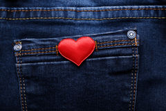 Corazón rojo en el bolsillo de los vaqueros Fotos de archivo