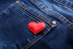 Corazón rojo en el bolsillo de los vaqueros Imagen de archivo libre de regalías