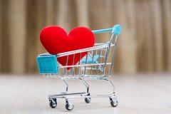 Corazón rojo en el carro de la compra Fotografía de archivo