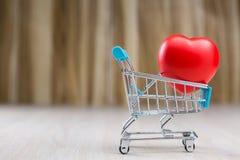 Corazón rojo en el carro de la compra Fotos de archivo libres de regalías