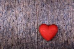 Corazón rojo en el fondo de madera Imagenes de archivo