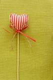Corazón rojo en el palillo de madera Foto de archivo