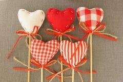 Corazón rojo en el palillo de madera Fotos de archivo