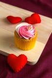 Corazón rojo en el regalo de madera para el día de tarjeta del día de San Valentín Imágenes de archivo libres de regalías