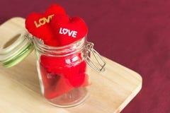 Corazón rojo en el regalo de madera para el día de tarjeta del día de San Valentín Imagen de archivo