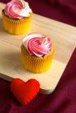 Corazón rojo en el regalo de madera para el día de tarjeta del día de San Valentín Imagen de archivo libre de regalías